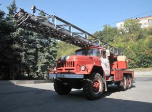 Харьковский тракторный завод передал службе по чрезвычайным ситуациям пожарную машину с 30-метровой лестницей