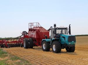 Testing XTZ tractor with a pneumatic seeding complex Turbosem attached